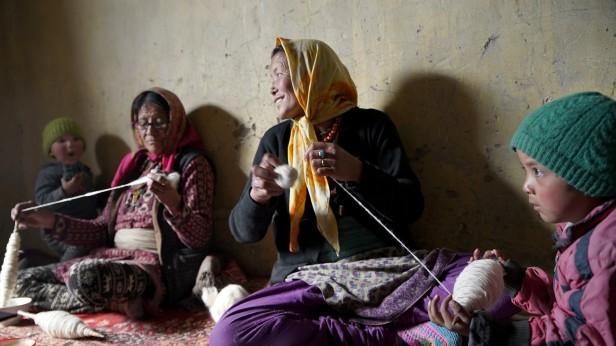Spiti women spinning yarn SLE Munmun Dhalaria